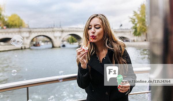 Paris  Frankreich  Porträt der Frau  die Seifenblasen bläst