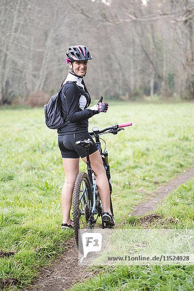 Porträt einer glücklichen Frau mit Mountainbike