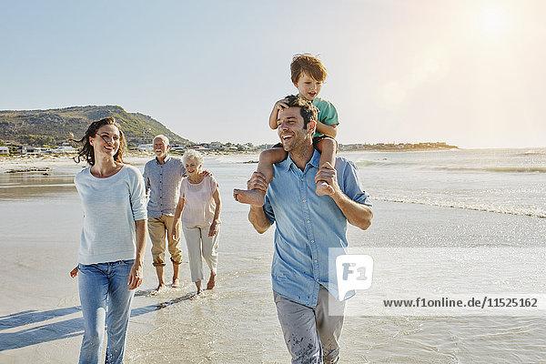 Südafrika  Kapstadt  drei Generationen Familienbummel am Strand