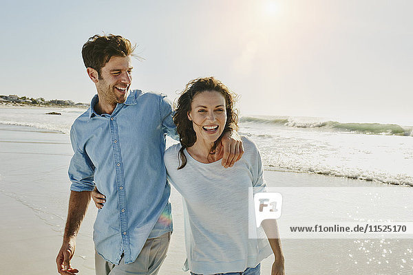 Lachendes Paar am Strand