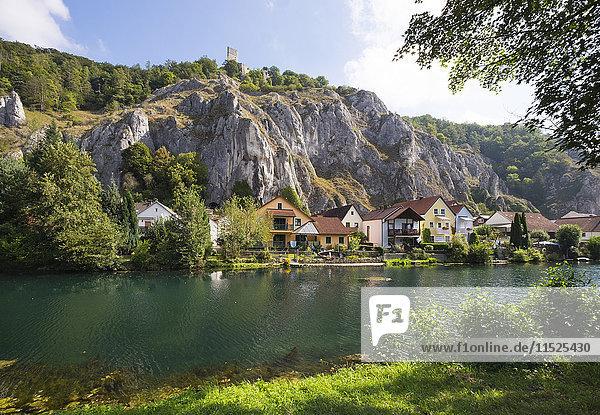 Deutschland  Bayern  Essing  Schloss Randeck bei der Verteilung des Altmühlflusses