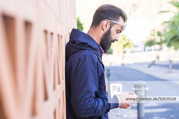 Mann schaut auf sein Handy