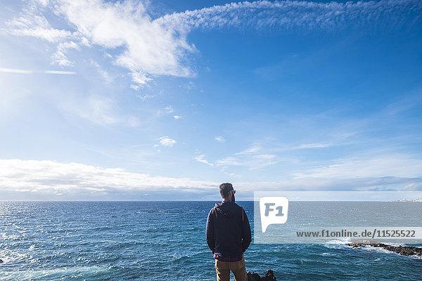 Rückansicht des Mannes mit Blick auf das Meer
