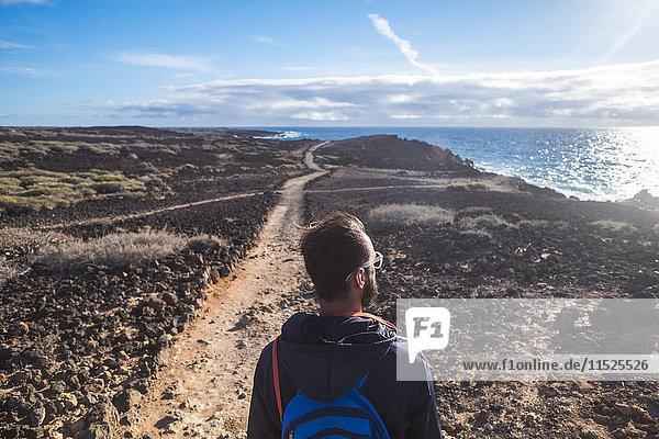 Spanien  Teneriffa  Wanderer mit Blick aufs Meer Spanien, Teneriffa, Wanderer mit Blick aufs Meer