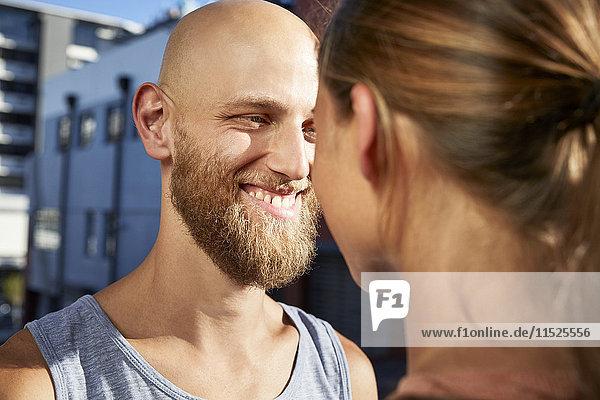 Porträt eines glücklichen jungen Mannes von Angesicht zu Angesicht mit seiner Freundin