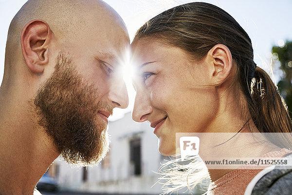 Junges verliebtes Ehepaar im Gegenlicht