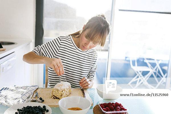 Junge Frau bereitet veganen Kuchen zu
