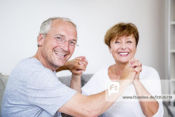Porträt eines glücklichen Seniorenpaares zu Hause