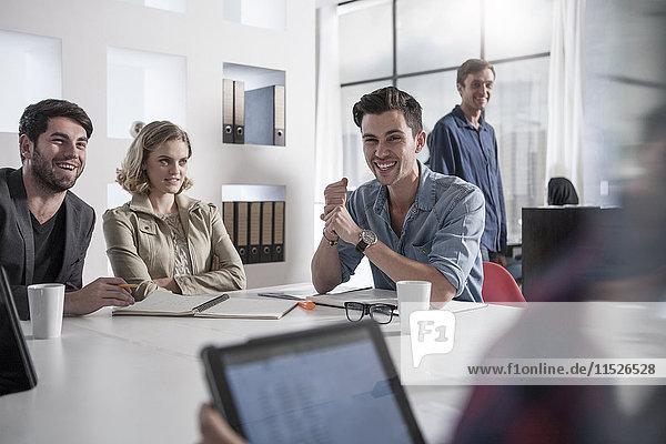 Beiläufiges Geschäftstreffen im Sitzungssaal