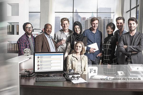 Gruppe von Geschäftskollegen im Stadtbüro