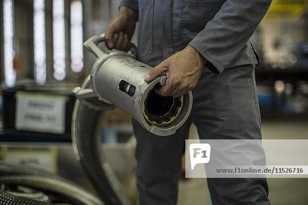 Nahaufnahme von Arbeitern mit Industriemaschinen