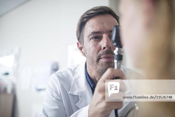 Arzt mit einem Otoskop