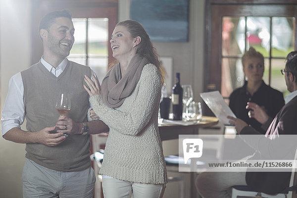 Glückliches Paar mit einem Glas Wein