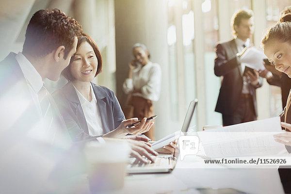 Geschäftsleute  die am Laptop arbeiten  um sich zu treffen.