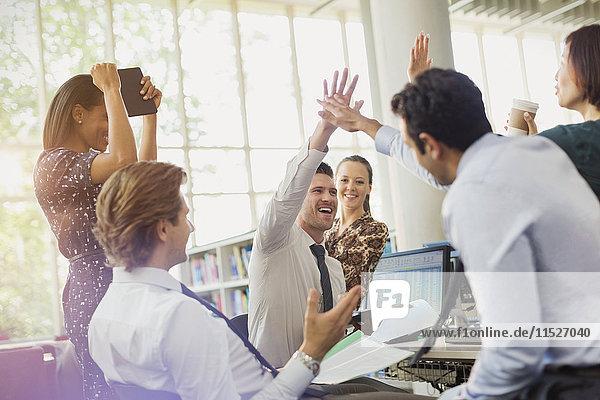 Geschäftsleute beim Feiern und Feiern im Büro