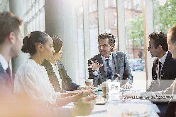 Geschäftsmann im Gespräch  leitende Konferenzraumbesprechung