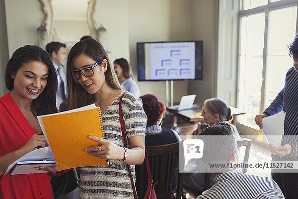 Geschäftsfrauen beim Erfahrungsaustausch auf der Business-Konferenz