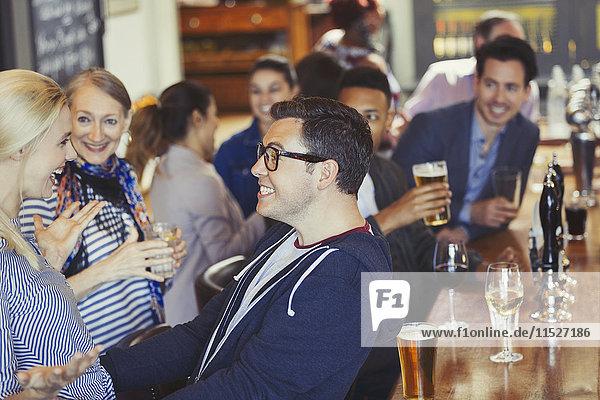 Enthusiastische Begrüßung von Mann und Frau in der Bar