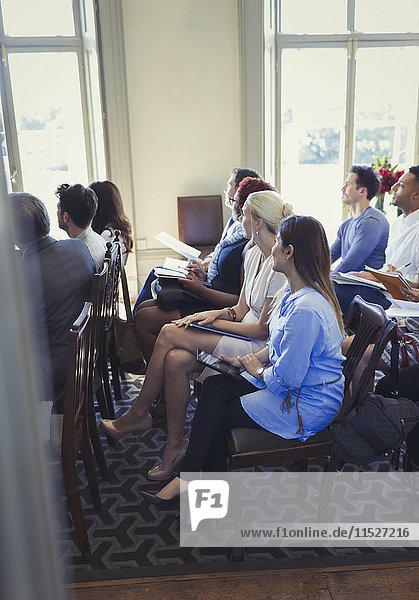Aufmerksame Geschäftsleute beim Zuhören im Business-Konferenz-Publikum