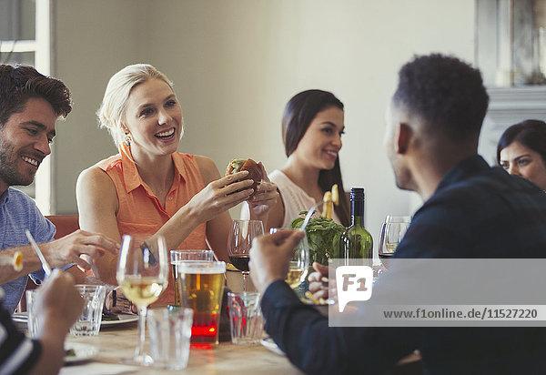 Freunde beim Reden und Essen am Restauranttisch