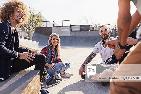 Freunde beim Reden und Abhängen im sonnigen Skatepark