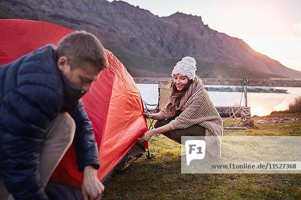 Junges Pärchen beim Zelten am Seeufer