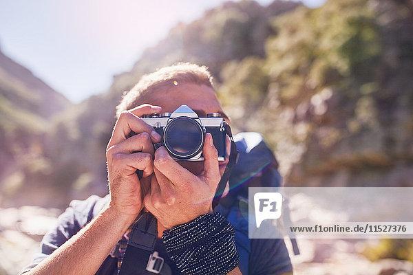 Junger Mann beim Wandern  Fotografieren mit der Kamera