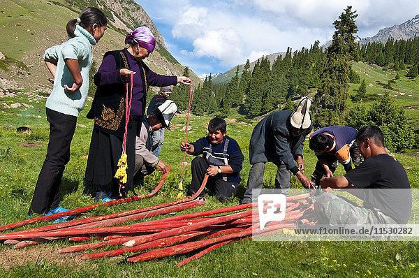 Kirgisistan  Issyk Kul Provinz (Ysyk-Kol)  Juuku Tal  Jurtensiedlung  die den Hauptteil des Daches (Tundunk) unterstützt  um Stöcke zu pflanzen  die die endgültige Struktur bilden.