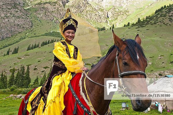 Kirgisistan  Issyk Kul Provinz (Ysyk-Kol)  Juuku Tal  Goulzana Talantbekoze trägt die traditionelle Kiz Kumai Kleidung  ein Pferdespiel  bei dem der Mann versucht  ein Mädchen auf dem Rücken eines Pferdes zu fangen und sie zu küssen.