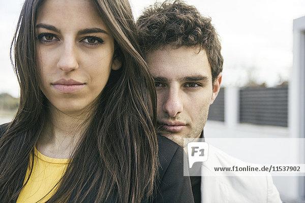 Porträt eines seriösen jungen Paares im Freien