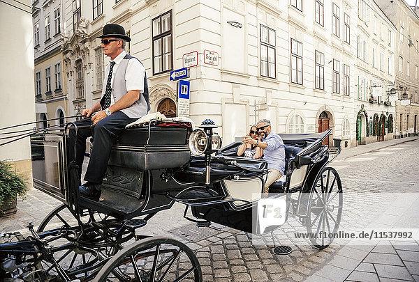 Österreich  Wien  Touristen mit einem Selfie im Fiaker
