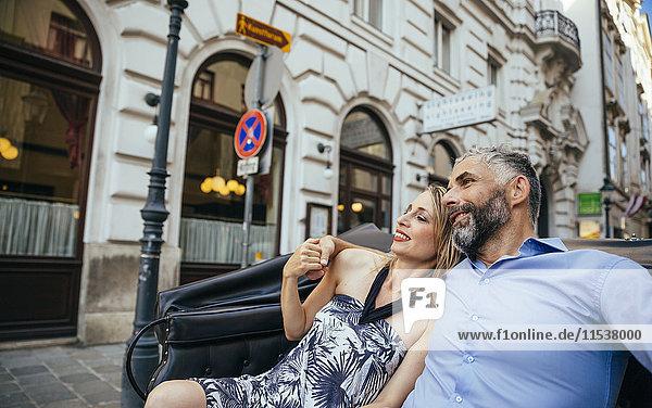 Österreich  Wien  verliebtes Paar in einem Fiaker sitzend