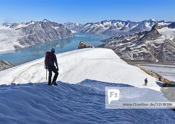 Grönland  Kulusuk  Bergsteiger in den Schweizerland Alpen