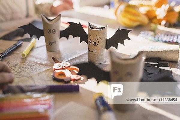 Gebasteltes Papier Fledermäuse auf dem Schreibtisch