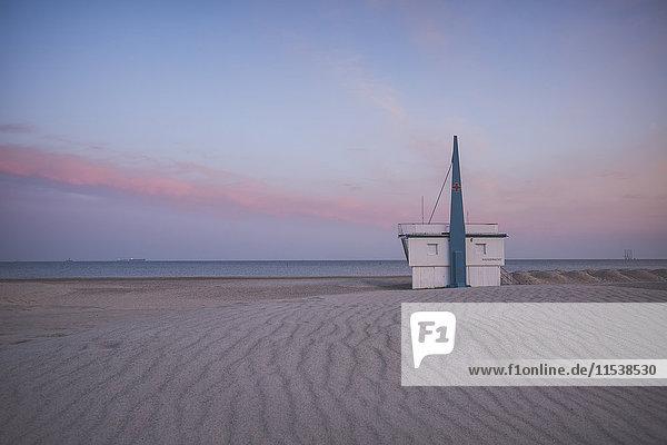 Deutschland  Warnemünde  Bademeisterstation  Strand am Abend