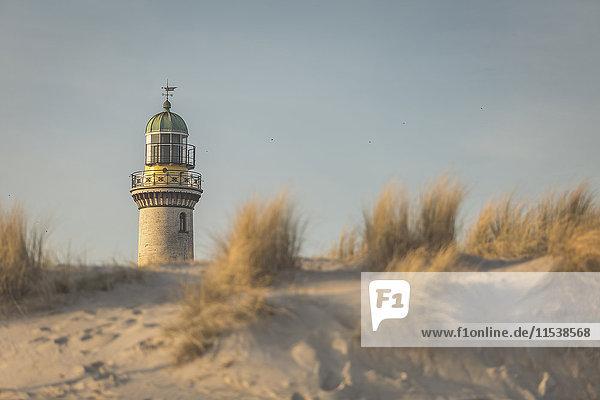 Deutschland  Warnemünde  alter Leuchtturm  Dünen im Morgenlicht