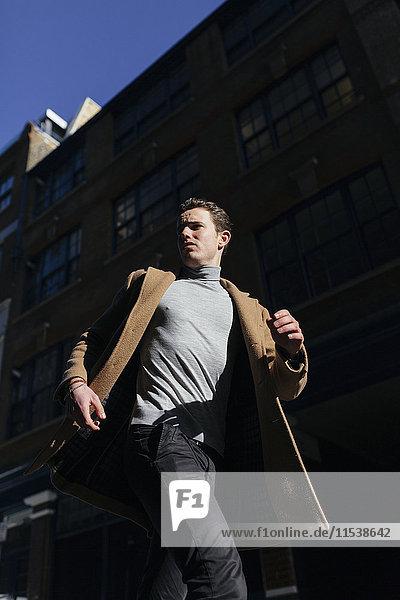Junger Mann in Eile in der Stadt
