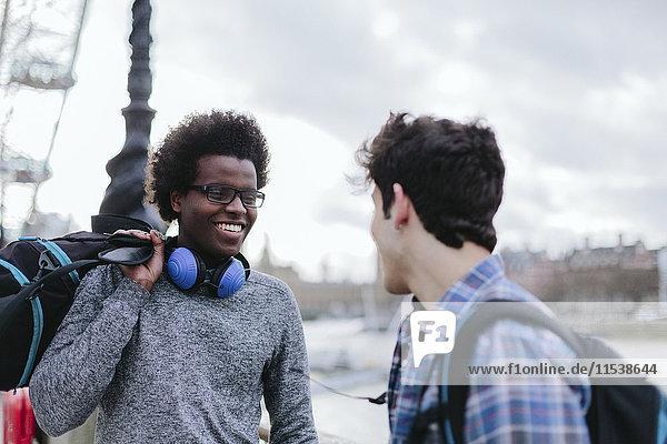 UK  London  zwei beste Freunde bei der Kommunikation