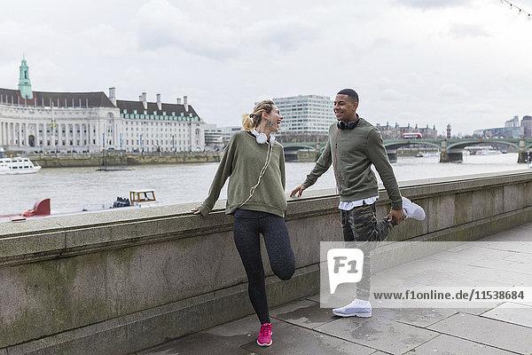 UK  London  zwei glückliche Läufer auf dem Riverwalk