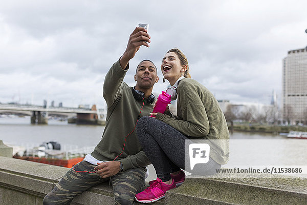 UK  London  zwei Läufer  die einen Selfie am Riverwalk nehmen