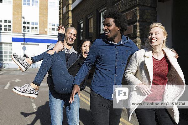 Gruppe von Freunden  die Spaß auf der städtischen Straße haben