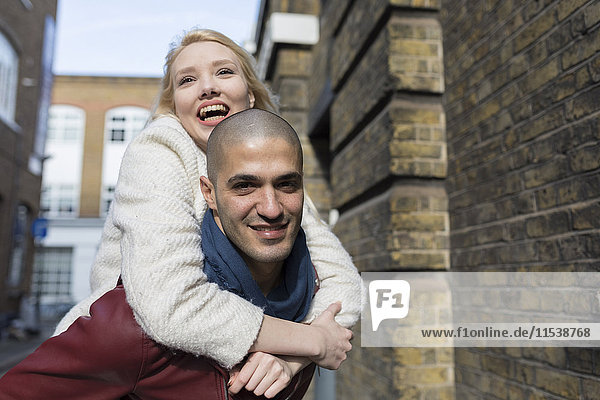Verspieltes junges Paar im Freien