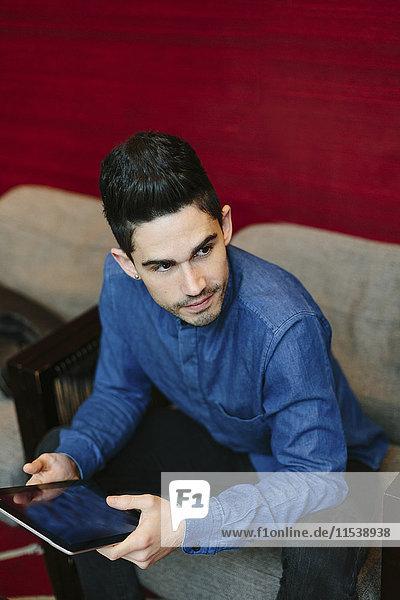 Porträt eines jungen Geschäftsmannes mit digitalem Tablett