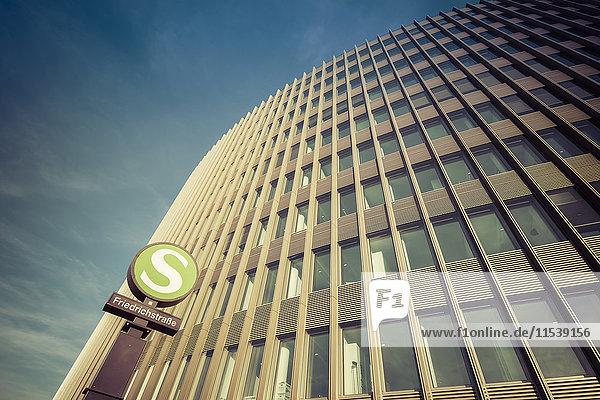 Deutschland  Berlin  Büroturm von Ernst und Young mit Schild S-Bahnhof Friedrichstraße im Vordergrund