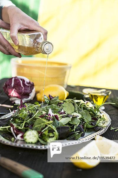 Frühlingssalat aus Babyspinat  Kräutern  Rucola und Salat  Essigmanipulation