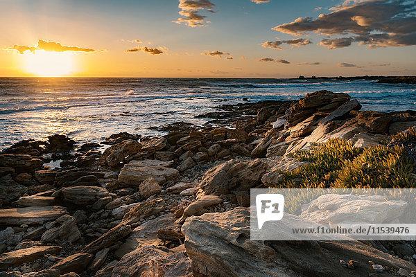 Italien  Sizilien  Ragusa  Küste von Punta Braccetto bei Sonnenuntergang