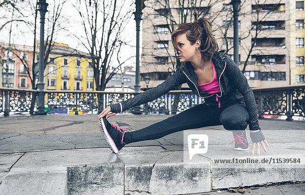 Mittlere erwachsene Frau beim Training im Freien