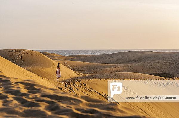 Frau läuft über Sanddünen