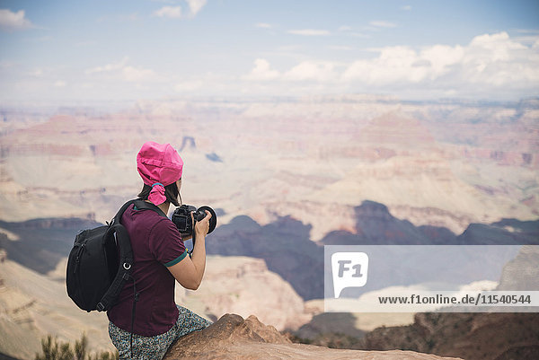USA  Arizona  Junge Touristen fotografieren im Grand Canyon