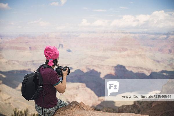 USA  Arizona  Junge Touristen fotografieren im Grand Canyon